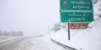 Una intensa nevada cierra el Puerto de Pajares para los camiones