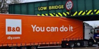 """Aunque llevaba rotulado """"Tú puedes hacerlo"""", quedó encajado debajo de un puente"""