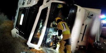 Fallece un camionero al volcar el camión en la A-3 en Minglanilla