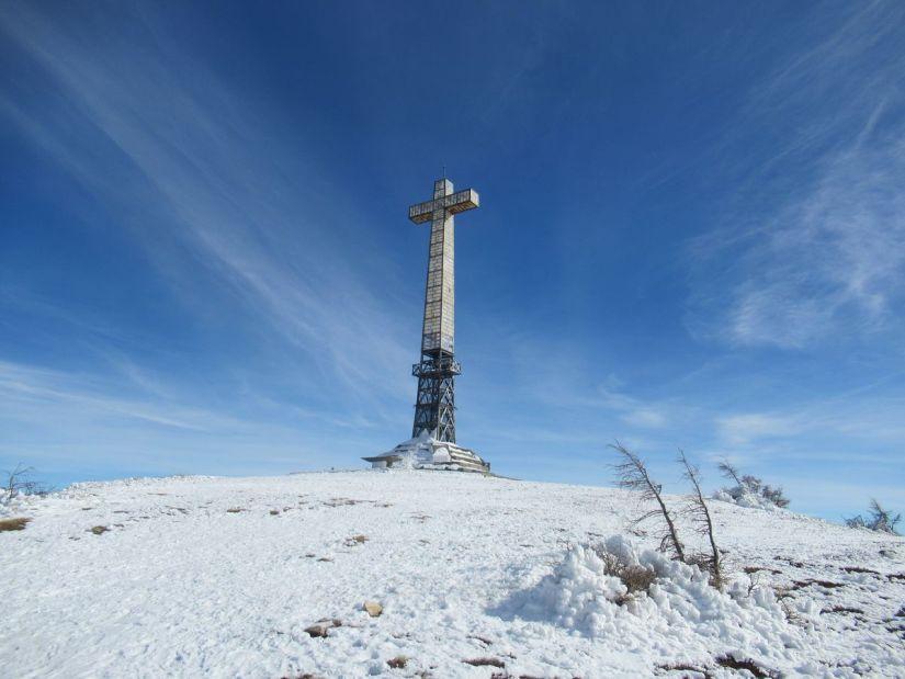 in cima al Bric Mindino c'è una croce alta 25 metri dedicata ai caduti di tutte le guerre