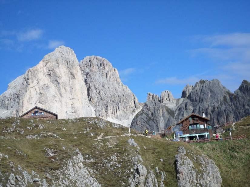 baita Marino Pederiva e, sulla sinistra, il tetto del rifugio Roda di Vael