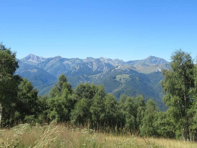 salendo sul monte Alpet si vede un panorama spettacolare dal Mongioie al Mondolé