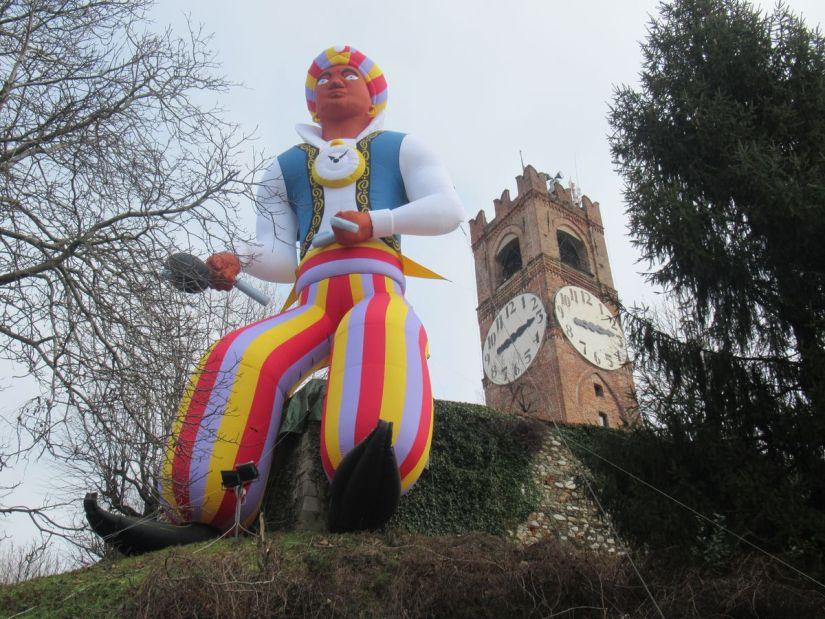 il Moro gigante accanto alla Torre del Belvedere di Mondovì