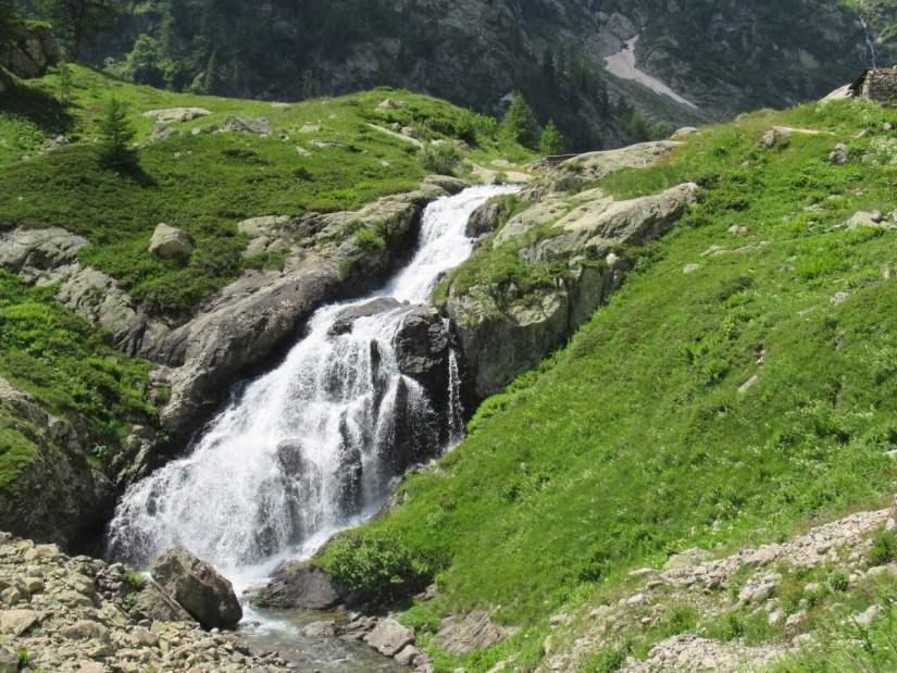 cascata originata dall'emissario del lago sottano della Sella