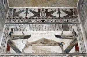 Osiris, difunto, rodeado de sus hermanas Isis (que además era su esposa) y Neftis