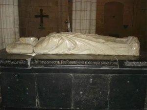 Tumba de Clemente V en la Colegiata de Uzeste (Aquitania)