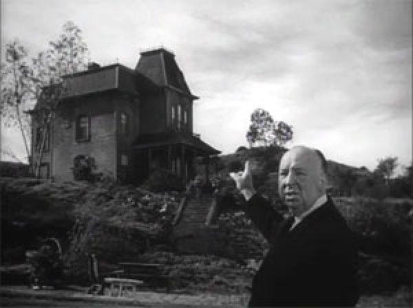 Alfred Hitchcock ante el motel de Psicosis