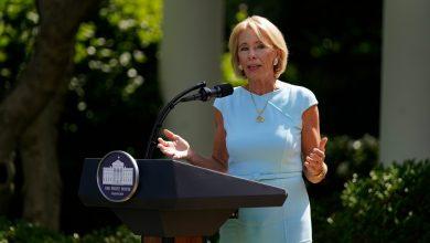 Photo of Secretaria de educación de EE.UU. presiona para reabrir escuelas