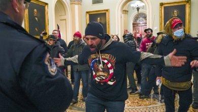 Militante de Trump se enfrenta a la policía del capitolio intentando acceder la cámara del Senado.