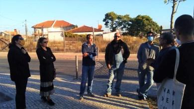 Foto da concentração de pais à frente da escola Daniel Sampaio.