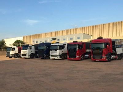 Caminhões e carretas recuperados na Operação Zayn III (Foto: Divulgação/PC)