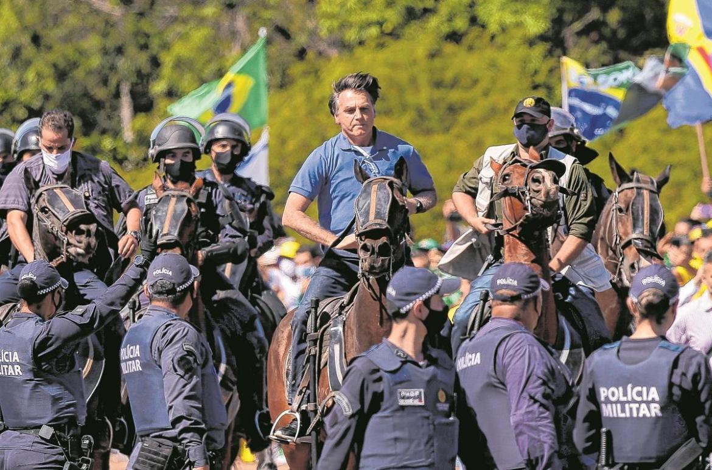 Bolsonaro usa helicóptero e anda a cavalo em protesto em Brasília - Política - Diário do Nordeste