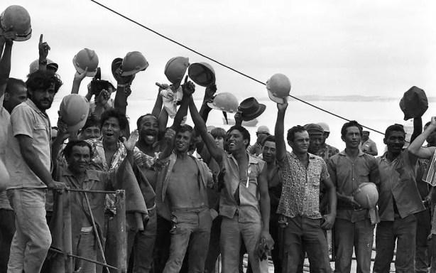 Operários comemoram a colocação do último vão da ponte, em 1973
