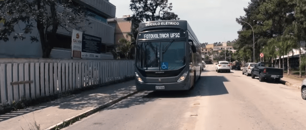 Imagem do ônibus solar que roda em Florianópolis.