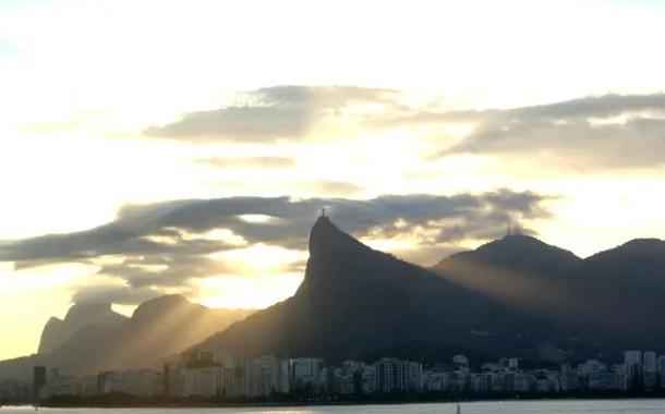 Vista do navio Splendour Of The Seas no cair da tarde do Rio de Janeiro