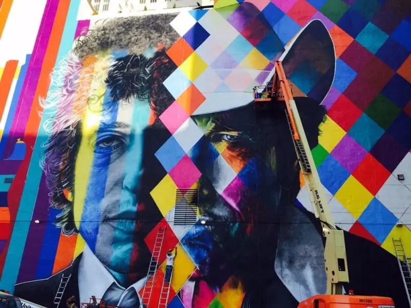 Muralista Eduardo Kobra faz painel de Bob Dylan em Minneapolis