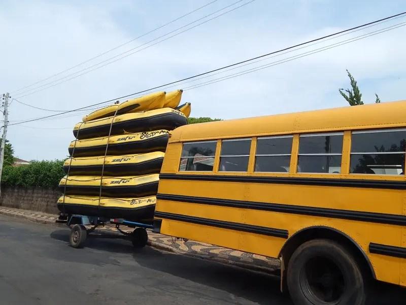 Ônibus e botes de rafting da operadora EcoAção Brotas.