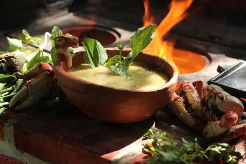 Uma das iguarias que serão servidas no banquete: sopa de caranguejo (Foto: Paulo Furtado)
