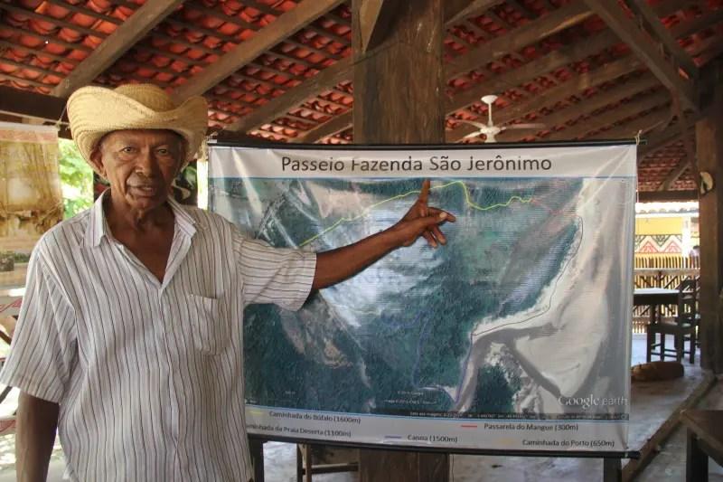 Raimundo Brito mostra os passeios disponíveis na fazenda São Jerônimo