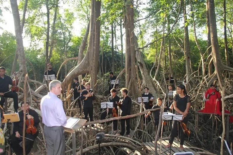 O regente da orquestra, maestro Guilherme Bernstein e parte de sua orquestra da Fundação Carlos Gomes