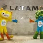 Mascotes das Olimpíadas visitam lounge da Latam em São Paulo