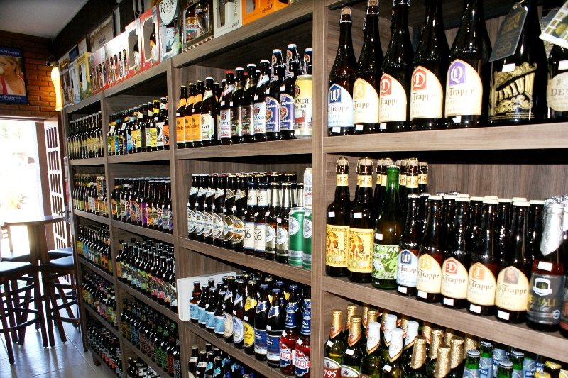 O Arsenal da Cerveja oferece mais de 400 rótulos de cerveja e tem todos disponíveis para serem servidos