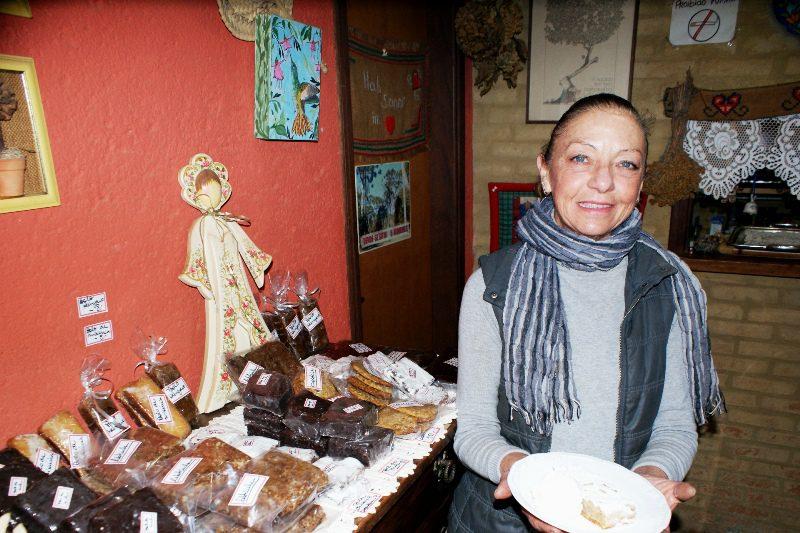 A própria Lucia prepara os doces servidos no estabelecimento