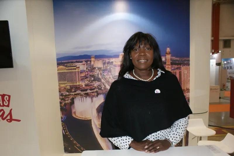 Patricia Nisciur, diretora de vendas internacionais do Cirque du Soleil no estande de sua empresa, que está compartilhado com Las Vegas.