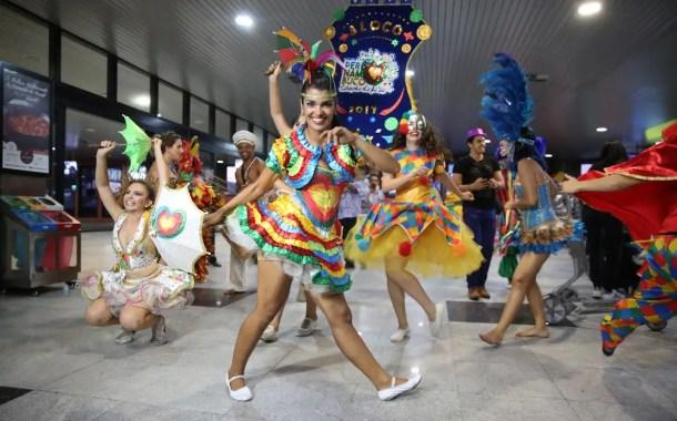 Aeroporto Internacional do Recife recepciona turista no clima do Carnaval