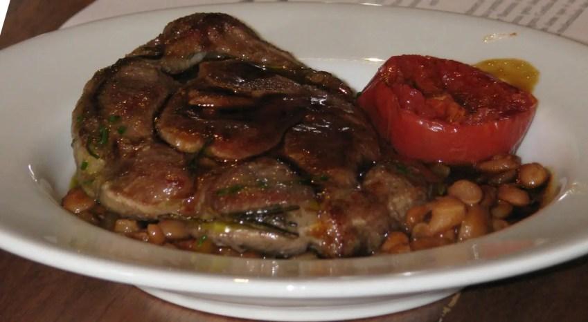Pernil de carneiro com feijão carioca temperado com bacon, cenoura e cebola, pesto de salsa e tomate confitado. (Foto: DT)