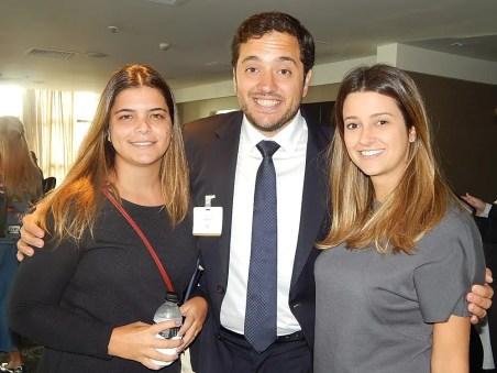 Gonzalo Pena, representante do Gasthof Post, entre Roberta Colombo (esq) e Marina Gala sócias do Next Travel Advisory (Foto: Marcos Oliveira