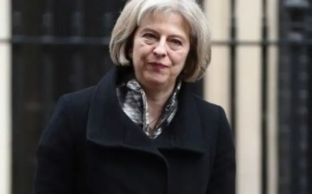 Theresa May diz que não vai rever situação de imigrantes afetados por incêndio