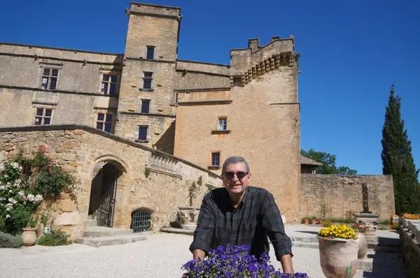 Jornalista Paulo Panayotis e o Castelo de Lourmarin na primavera