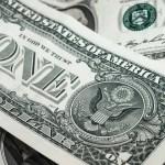 Brasileiros compram dólar pensando no fim de ano; oscilações não são o único problema