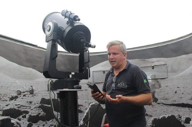 """Na astronomia, o que vale é o grau de abertura do telescópio e a luminosidade do céu e não o alcance"""" ensina Peres em seu dialeto científico (Crédito: DT)"""