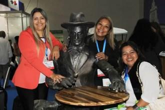 A estátua de Fernando Pessoa fez sucesso representando Portugal na WTM Latin America. (Crédito: Ana Azevedo)