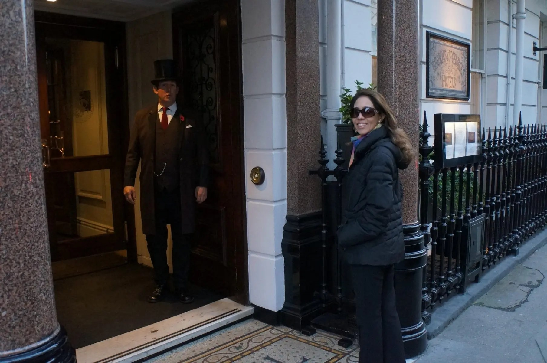 A Jornalista Adriana Reis na entrada do Hotel Brown's