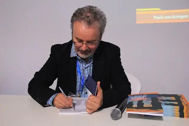 Autor durante o lançamento
