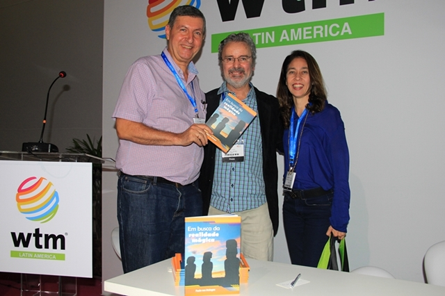 O autor entre os jornalistas Adriana Reis e Paulo Panayotis