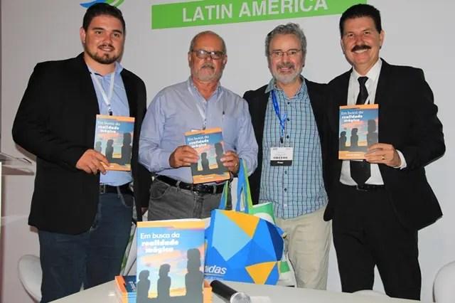 Prefeito do município de Bofete, Dirceu Antonio Melo e secretários junto ao autor