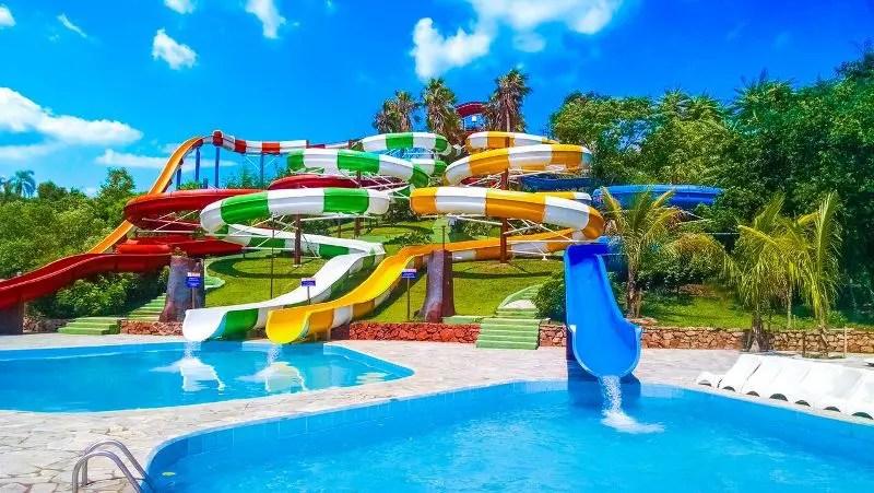 92 alqueires com milhões de litros de água espalhados por 11 piscinas: este é o Thermas Water Park