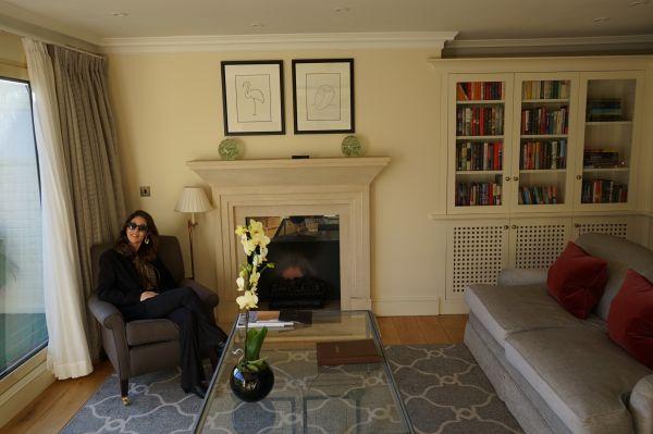 Adriana Reis no interior do apartamento cobertura do empreendimento