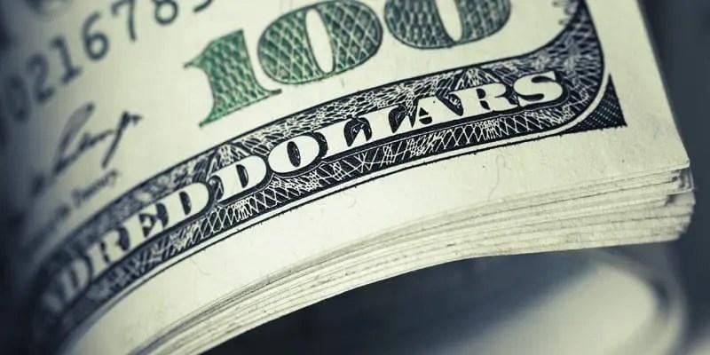 Dólar comercial cai fechando a segunda-feira (2) vendido a R$ 4,213