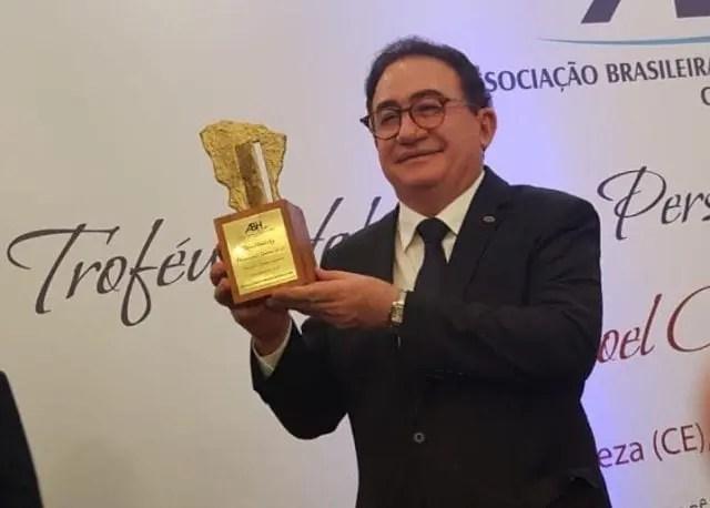 Manoel Linhares, presidente da ABIH Nacional, recebe o Troféu Habib Ary - Personalidade Turística do Ceará de 2018