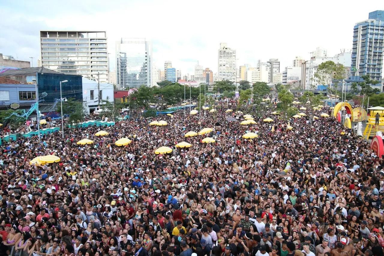 Blocos de carnaval de rua no Rio produzem mais de 11 toneladas de lixo, informa Comlurb