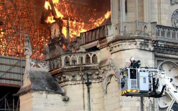 Após mais de 12 horas incêndio em Notre Dame é controlado