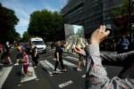 """Comemoração de 50 anos de """"Abbey Road"""", dos Beatles, reúne multidão na famosa faixa de pedestres"""