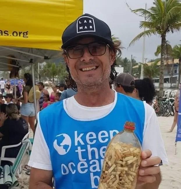 Lar Mar recolhe bitucas de cigarro em praia do Guarujá
