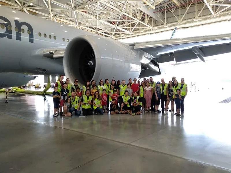 American Airlines abre para 150 crianças em GRU o Boing 777-300 em celebração ao Dia das Crianças