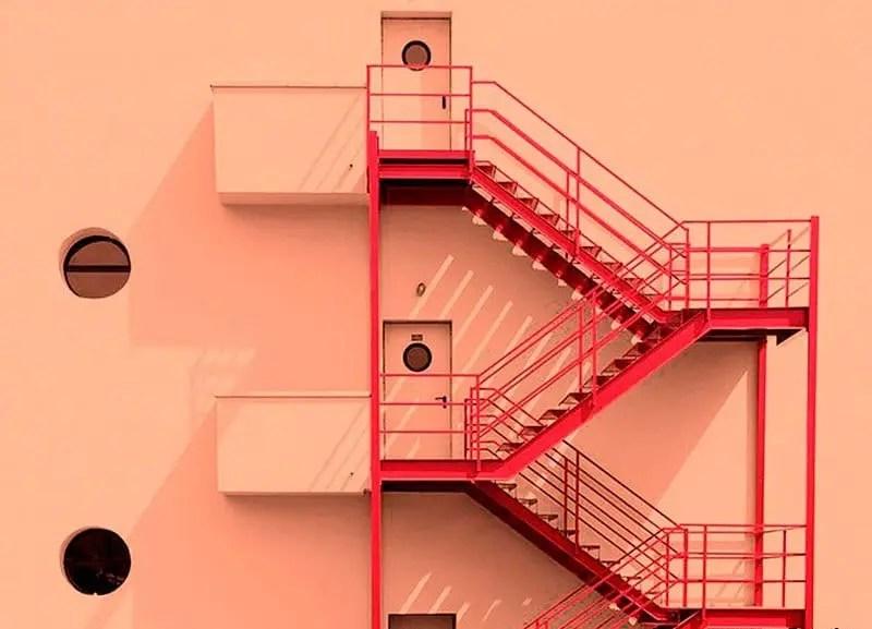 A escada vermelha do hotel